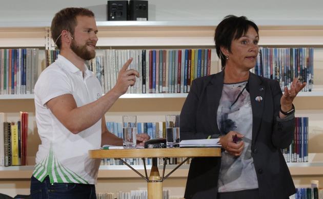 VALGKAMP: Margunn Ebbesen uttalte seg om Mosjøen da det var debatt i Stormen kulturhus onsdag kveld. På bildet er hun sammen med Willfred Nordlund.