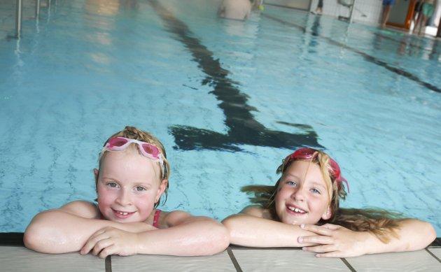 Pernille (7) og Ebba (snart 8) koser seg i bassenget.