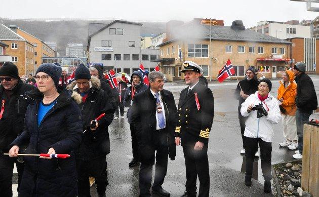 – FIN TRADISJON: Ordfører Alf E. Jakobsen sammen takker for nå til kapteinen på MS Nordnorge. Han mener det er en fin tradisjon å bli tatt i mot i Hammerfest for tog på formiddagen.