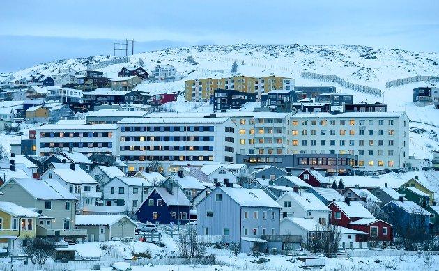 Akkurat nå er Hammerfest og Finnmark et eksempel på hvor uforutsigbar og ustabil smitten er, og hvilke motsetninger sentraliseringen av vaksineforsyninger skaper. Midt i bildet Hammerfest sykehus.