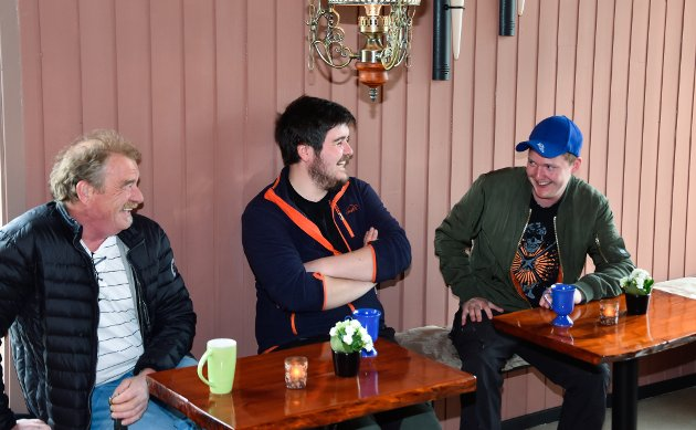 Arne Børge Osli, Ken Frode Skog og Gisle Monstad tar seg en prat i det Monika Kristoffersen tror kan være Helgelands minste kafé.