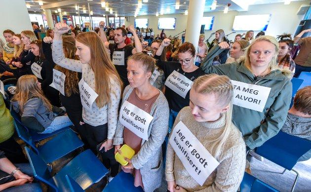 Studieåpning ved Nord universitet på Nesna der studente snudde ryggen til med rektor Hanne Solheim Hansen.