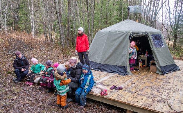 Vestvikheia barnehage har fått opp ny lavvo og uteplass i skogen takket at Celsastafetten gikk inn med 30000 og betalte for ny etter at den forrige ble påtent og brant opp tidligere i sommer.