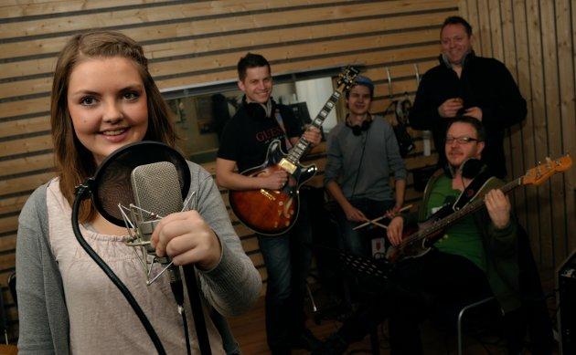 Carina Erlandsen vant Stjernedryss i 2009 og får nå spille inn en sang i studio Bak sitter musikerne Jørn Atle Støa, Anders Langset, Erik Anti og Trond Lien.