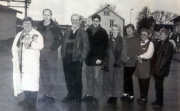 Næringsdrivende i Sande har forventninger til det nye sentrum. Fra venstre: Solveig Enersen (Narvesen), Bent Aaserud (Stasjonen klær), Arne Berntsen (Gullsme'n), Kjetil Skjørdal (Villmarkatorvet), Brita Hermansen (Sparebanken Nor), Åse Kvisle (Nøste), Gunvor Hagen (Sande Meieri) og Solveig Karin Andersen (Sande Blomster).