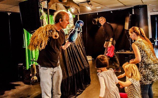 Kjell Mathussen fra Enebakk kom lørdag til Ås kulturhus og trollbandt et både et ungt og eldre publikum med fantasifullt dukketeater. Etter forestillingen fikk barna komme på scenen og se kulissene på nært hold.