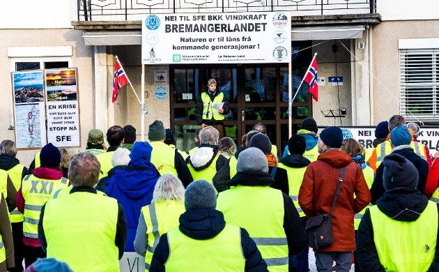 HARDE FRONTAR: Ordskiftet mellom tilhengjarar og motstandarar av vindkraftutbygging på bremangerlandet held fram.
