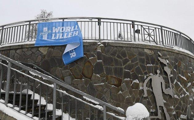 MÅTTE NED: Bannerne som var hengt opp i forbindelse med helgas verdenscuparrangement fikk ikke henge. Det er på tide å endre regelverket, mener GDs ansvarlige redaktør.Foto: Torbjørn Olsen