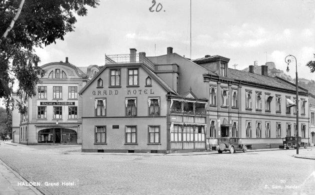 Grand Hotell var for vel hundre år siden det største hotell i Østfold. Men det har forandret seg. Den gang kom de reisende med toget, og Grand lå beleilig til. Dette bildet fra mellomkrigsårene viser at bilen så smått har gjort sin entre.