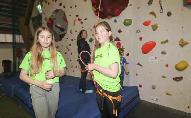 TIL TOPPS: Mosjøen klatreklubb har barnetrening (barneklatring 0-13 år)  i Mosjøhallen. Daniella Aakvik og Sofie Cornelia Nilsen (snart 11 begge to) har blitt erfarne klatrere, og de elsker å klatre til topps i veggen. - Det er artig med litt høyde, sier de.