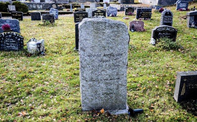 Gravminne: Steinen som er i lys granitt bærer Sigvart Andresen, Siggens navn hvor det står: «Hans liv var musikk» – reist av venner. Foto: Jimmy Åsen