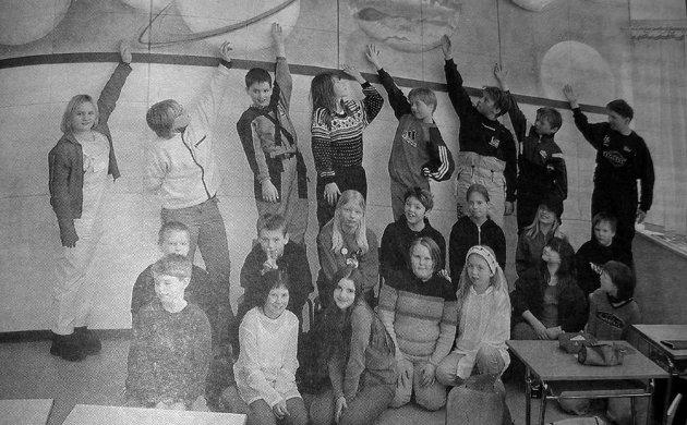 """22  elever ved Svarholt skole jublet da de stakk av med  """"Etter skoletids"""" førstepris i å ha Norges fineste klasserom.   - Vi har fått en  pokal med masse godter i jublet elevene."""