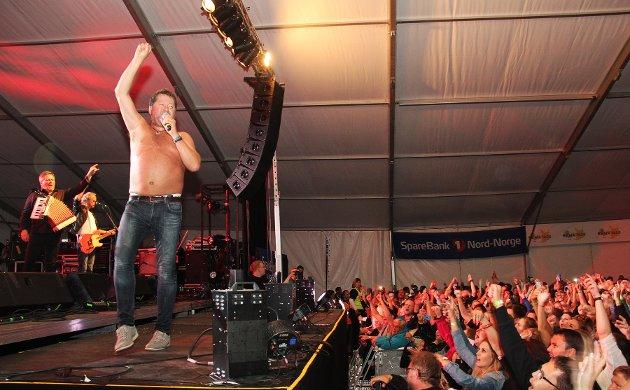 DDE-vokalist Bjarne Brøndbo hadde et varmt møte med Finnsnes- publikummet, da han til slutt kastet skjorta under konserten.  FOTO: JON HENRIK LARSEN, SALANGEN-NYHETER.COM
