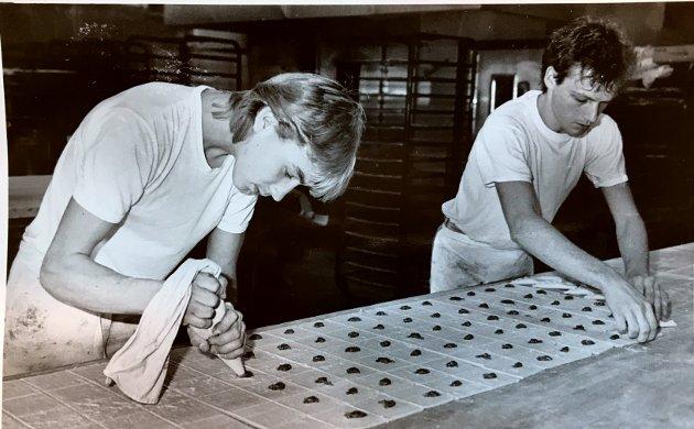 Knakende godt: Her lages godsaker på 1980 tallet. På slutten av 30-tallet, etter at han var ferdig utdannet som baker, ville Jens Kjellstad fra Nordre Land etablere sin egen bedrift.  Med lastebilen full av utstyr reiste han og familien rundt. på Østlandet. Men i 1937 havnet han på Lena, hvor han kjøpte en eiendom og etablerte Kjelstad Bakeri. I år er det 80 år siden den kjente bedriften satte igang. Her har vi samlet noen bilder av bake-produksjonen på 80-tallet.