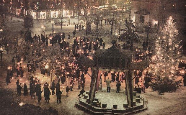 SAMLING I SENTRUM: Ved midnatt samlet folk seg i Ski sentrum, der ordfører Georg Stub ønsket kommunens innbyggere godt nytt år.