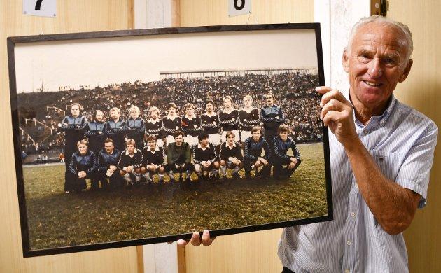Her ser vi Tore Hagh, kaptein på Mo IL da laget kom til semifinalen i 1980, med et lagbilde fra 1980. L