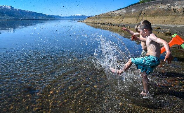 Emilian Engen (6) badet og plasket i vannet da Frikult barnehage besøkte ei strand på Åneset onsdag.