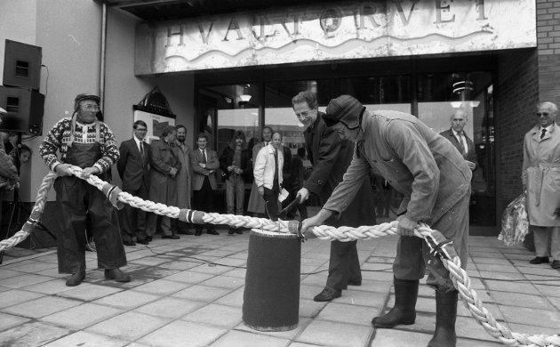 12. oktober 1989:  Åpning av Hvaltorvet ! Hvaltorvet ble åpnet med flensekniv av ordfører Per Foshaug 12. oktober 1989. Til høyre Willy Johansen.