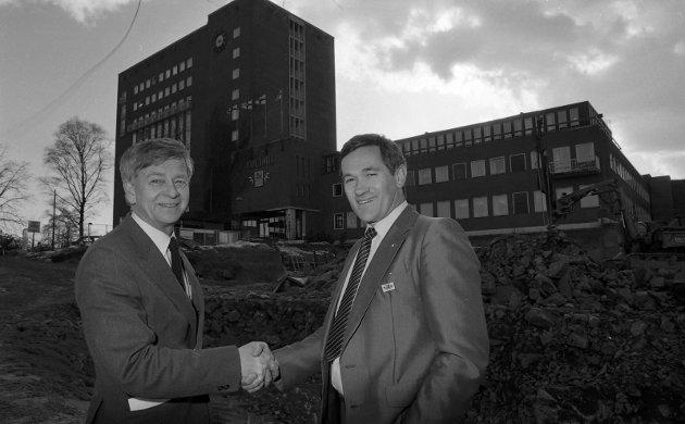 29. mars 1985:    Park Hotell.  Pang-start på det nye året for Park.  Administrerende direktør Hans Smedsrud, til venstre, gratulerer Harald Løvåsen med utnevnelsen som assisterende direktør.