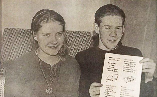 Vibeke Åmli og Bjørn Magnus Bekken ved Indre Østfold kulturverksted satt i 95 klar for å lese inn stoff på kasset til dem som hadde problem med å lese selv.