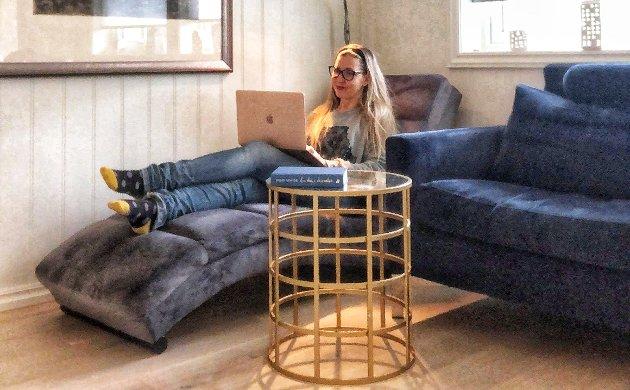MOBILT: Selve hjemmekontoret til Torunn består av en MacBook Air og en iPhone. - Hjemmekontoret er med andre ord sterkt flyttbart, og holder hovedsakelig til på spisebordet, men også i sofaen, sjeselongen, og på kjøkkenbenken, forteller Torunn Stavran Johansen, kommunikasjonssfef R8 Group.
