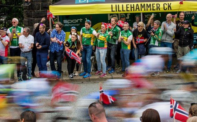 Lillehammer cycleklubb var tydelig tilstede, med eget telt langs VM-løypene. Styreleder i Lillehammer Cykleklubb, Erling Høyem (midten), blir ivrig når feltet med de norske rytterne passerer.