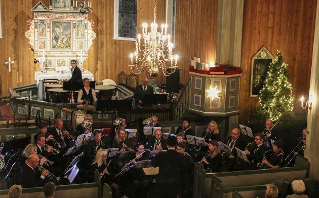 Flott ramme: Musikklaget leverte en flott konsert i Odda kirke søndag kveld og fikk publikum i julestemning.