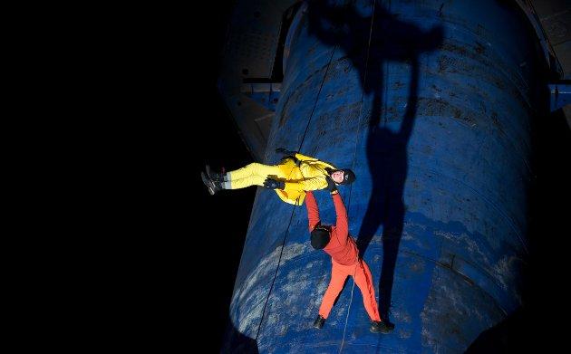 Barents Spektakel åpningsshow på Kimek-kaia. Dansegruppa Bandaloop (US), musikk ved Frost (NO)