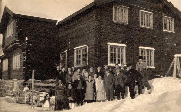 Bildet er tatt i anledning innvielsen av hytta søndag 3. februar 1929, på formiddagen. I første rekke fra venstre sees blant annet Joss Haugen, Sverre Stordahl, Herman Ulleberg, Anton E. Hanssen, Anton Lande, Sigurd Ruud og Edv. Eriksen.