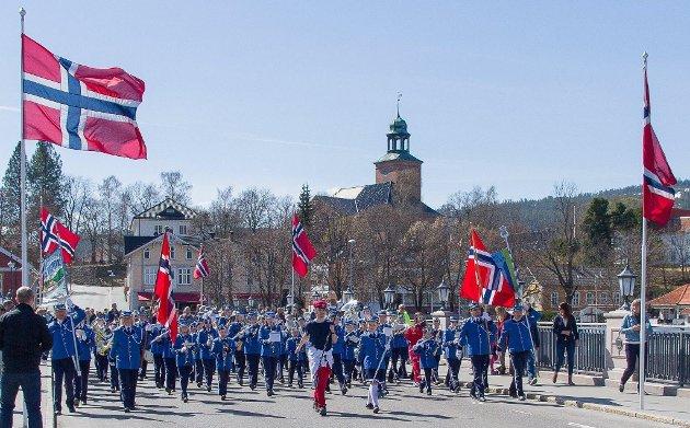 Hele korpset samlet på Nybrua, slik håper vi 1. mai blir i 2022!
