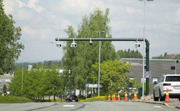 ROSENHOLM: Bomstasjonen i Rosenholmveien ligger midt på pendlerparkeringen. Parkeringsplassen er delt i to, og har fått egen innkjøring fra Oppegård-siden.