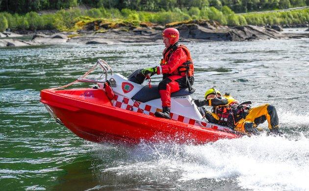 Rana Redningsbåtaksjon overleverer og tester ut ny redningsvannscooter til Rana brann og redning. Øvelse på personredning  i Ranelva.