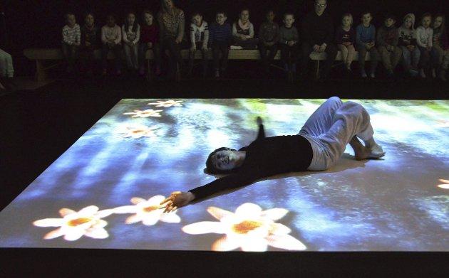 Dans på sensormatte: Danser Alexandra Tveit beveget seg etter lyder og musikk på sensormatta.