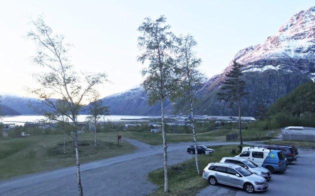 Kveldsutsikt fra hotellrommet: Fotografen hadde kun mobil for hånden. Men man tager det man haver.