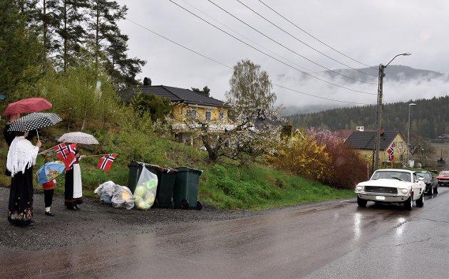 MØTTE FRAM: Folk kom ut og møtte bilkortesjen. Her fra Bingsveien, opp mot Hæhrehøgda.