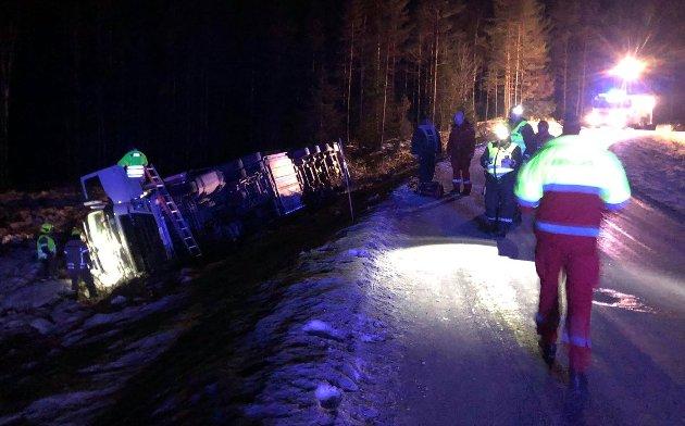 Ambulanse, politi og brannvesen rykket ut da et vogntog kjørte av Kjersundveien, like ved Halsnes i Aurskog-Høland torsdag kveld. Den mannlige sjåføren fra Ukraina kom uskadet fra hendelsen. Foto: Trym Helbostad