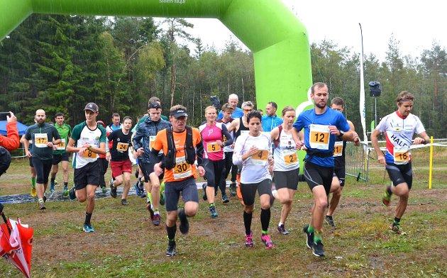 LANGSTART: Starten har akkurat gått for de aller sprekeste; de som løp langløypa over 21 kilometer i Trømborg-fjella. Fremst ser vi Sindre Weydahl (nr. 30), Thea Tollerud (nr. 4) og Andreas Wang (nr. 12).