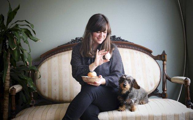 Madeleine Joys Andersen skrev masteroppgaven sin om gastronomi i litteraturen. Madeleine har laget hundrevis av Eggs Benedict. Her er hun sammen med den strihårede kanin-dachsen «Frid» (9).
