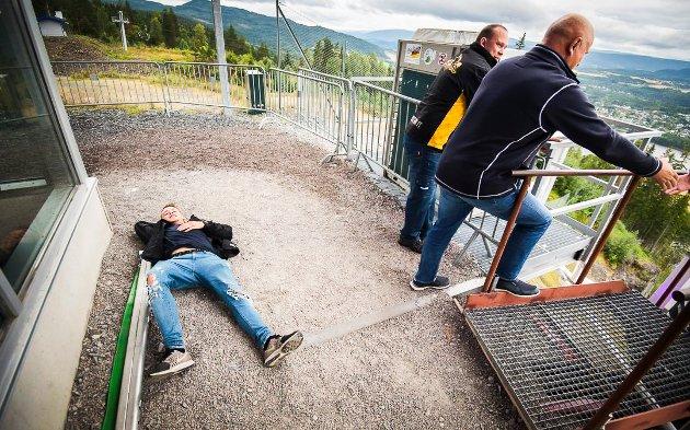 PÅ TOPPEN: Loyd Pettersen (18) tok seg helt ut opp trappa i hoppbakken. Albert Kr. Hæhre står klar til å ønske nestemann velkommen sammen med læringansvarlig Espen Holte.