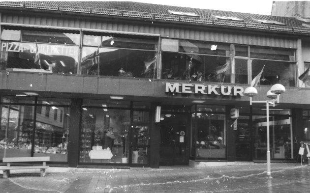 Merkur: I dag Asian Wok. Merkur-skiltet er i 2019 å finne inne på Iris scene.