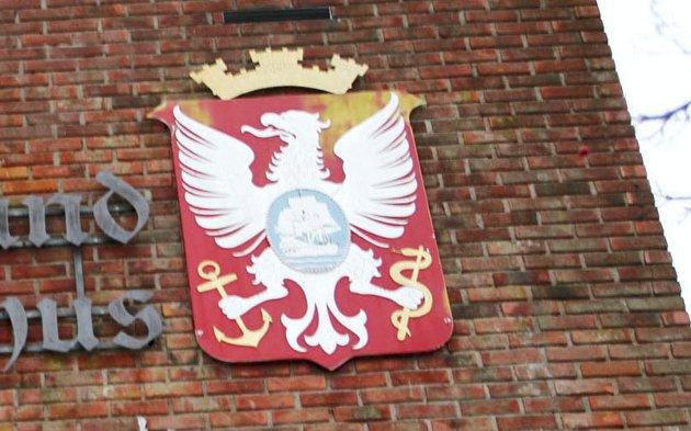 GAMMELT: Holmestrand byvåpen, her avbildet på rådhusveggen, ble tegnet av Andreas Bloch i 1898.