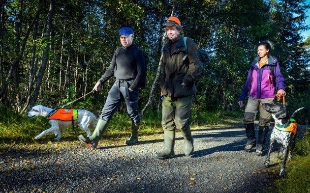 Per-Jørgen Thowsen med engelsk setter Leah, dommer Pål Friis og Belinda Aasberg med vorsteher Jazz.