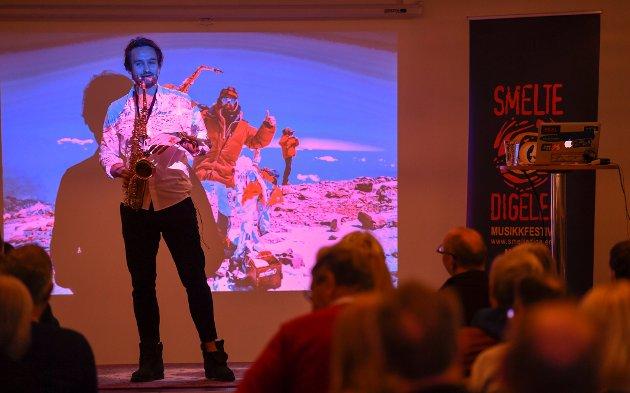 Rana Bibliotek var fullsatt da Håkon Skog Erlandsen holdt foredrag, og fortalte om hva som driver han i sin jakt på fjelltoppene. Han har sin bakgrunn og utdannelse som jazzmusiker og har vært utøvende i mange år.