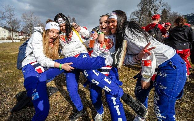 Blårussjentene Lill-Maja Larsen, Rakel Danielsen, Michelle Olea Nystad og Sandra Hyttan gleder seg til resten av russefeiringa med Amors piler.Russeslipp og russedåp for russen 2018.