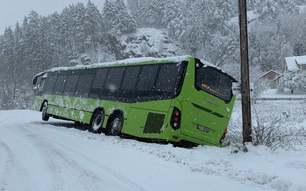 RETNING HOLMSBU: Erling Eknes har tatt dette bilde av en buss som har havnet utfor veien på vei til Holmsbu. Den skal ha stått slik i hele dag.