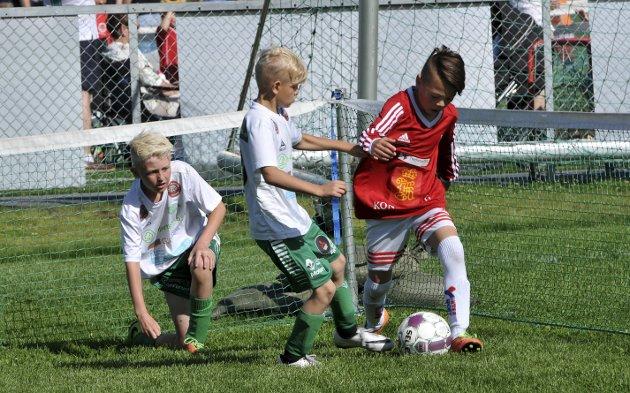 STOPP HER: Snøggs Niri Gjuv Tverrvik stopper en Kongsberg-spiller etter at lagkamerat Jan Olav W. Bakken har prøvd seg.
