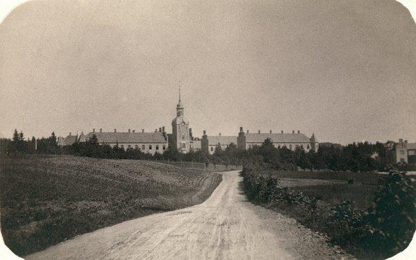 SLOTT: Gaustad Sindsygeasyl ligner et slott i skogkanten i 1866. Omgivelsene spilte en viktig rolle.