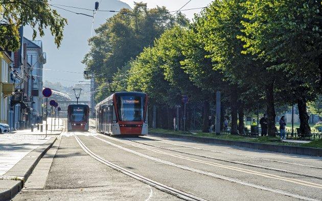 Bilfri kunne Kaigaten vært en av de fineste promenadene i Europa. I stedet er den en ren transportkorridor, en dau gate, mener spaltisten. Arkivfoto: Eirik Hagesæter