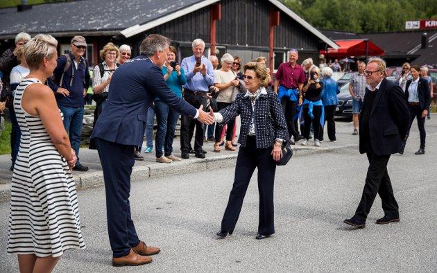 Dronning Sonja ankommer Vinstra og ønskes velkommen av ordfører Rune Støstad fra Nord-Fron.