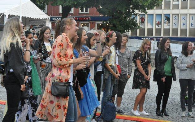Sang og dans foran scenen på Stortorget.